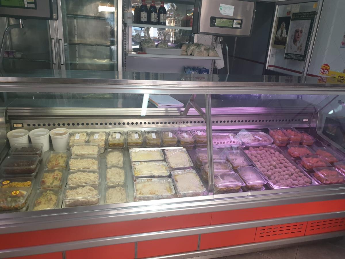 Este comercio, además de tienda de alimentación en la que encuentras pan, dulces, chacinas o bebidas, tiene comida casera para llevar. Cada día preparan un menú de 4 o 5 platos para que el cliente elija y lo deguste en casa.