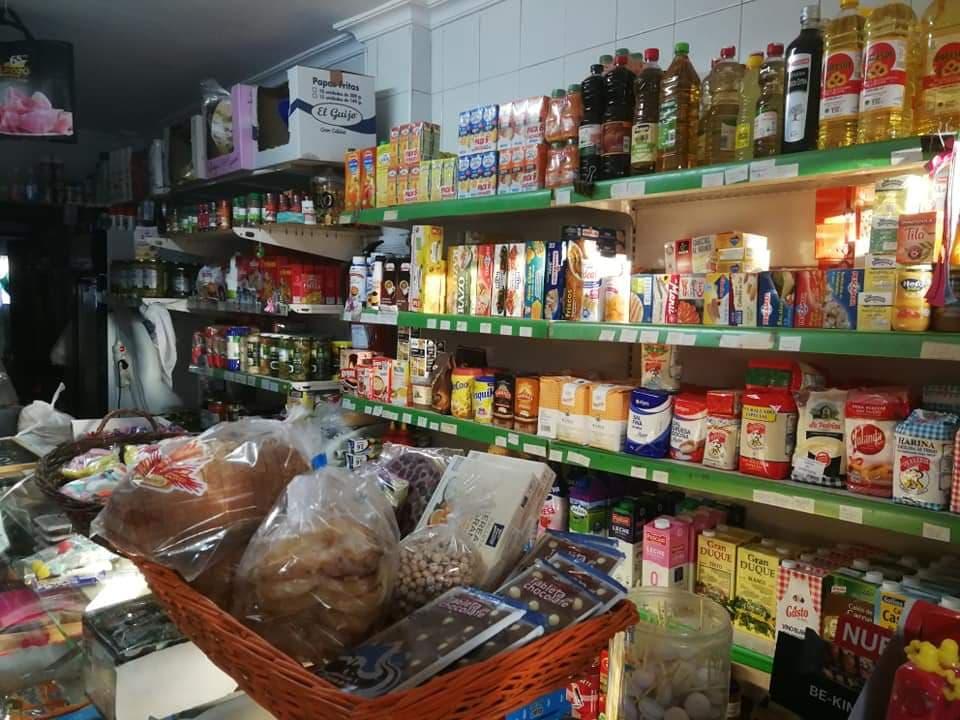 Esta tienda de alimentación cuenta también con pan, frutas, verduras y congelados.