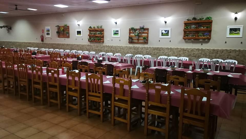 Cafetería, cervecería, especialidad en carnes a la brasa y desayunos. Disponemos de zona infantil y salón de celebraciones.
