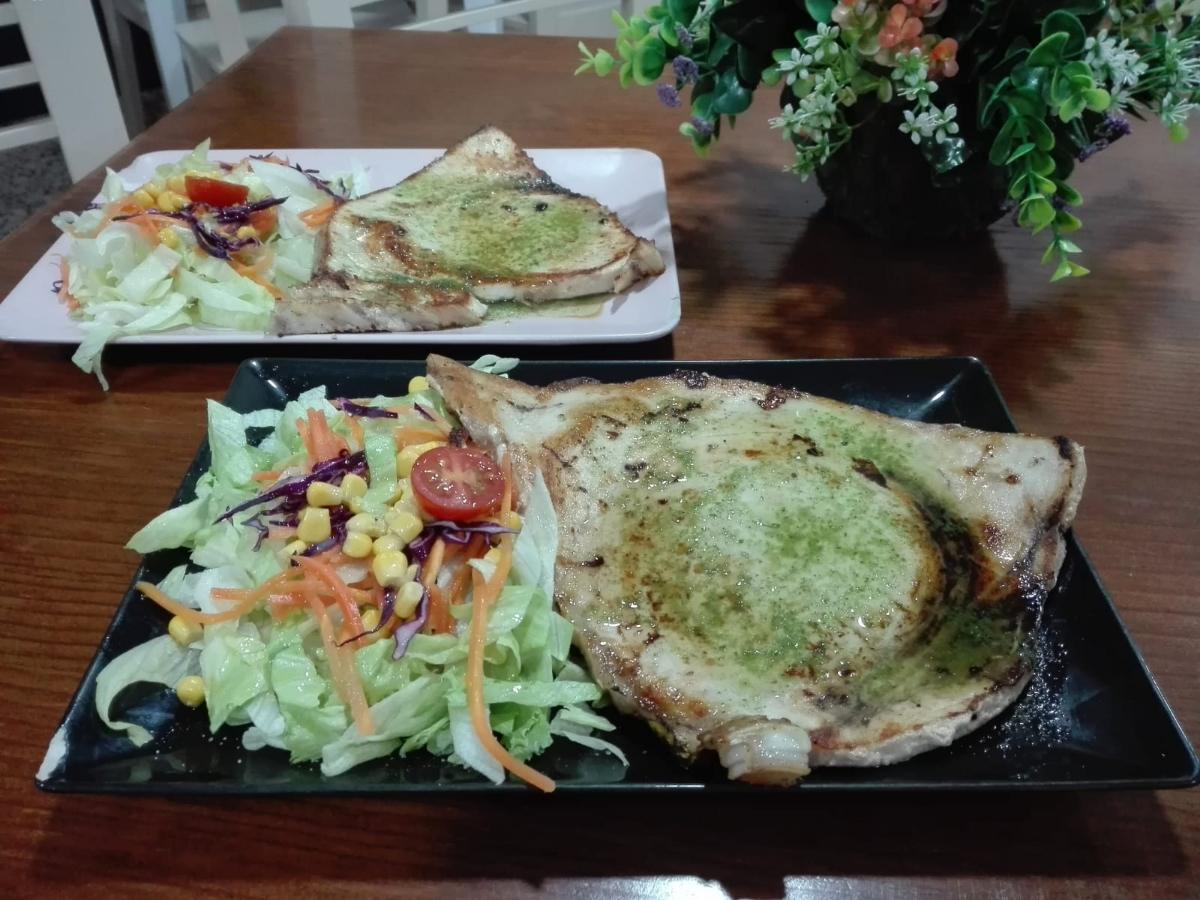 Comidas caseras y trato y ambiente familiar. Descubre en nuestra amplia carta lo mejor de la cocina mediterránea: carnes, pizzas artesanas, hamburguesas y platos combinados.  Somos el lugar ideal para disfrutar con tu familia o pareja de una deliciosa comida.