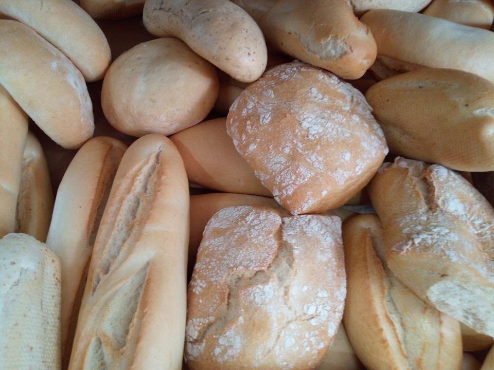 Pan diario precocido de La Parra y también  pan de CAZALLA DE LA SIERRA, además de pan sin gluten especial de maíz, golosinas, bebidas, aceite, chorizo y morcilla de la sierra y productos de droguería.