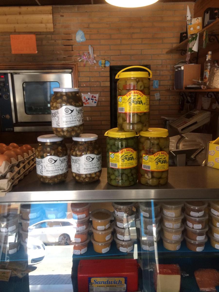 Todo tipo de pan recién horneado, bocadillos de charcutería, latas de refresco, desayunos y pastelería. También otros productos de alimentación como aceitunas, legumbres, especias y miel.