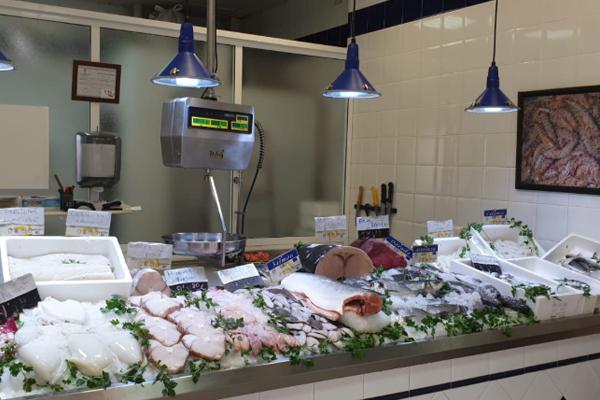 Gran variedad en pescado fresco y algunos congelados. Además, ellos mismos te limpian el pescado sin coste adicional.