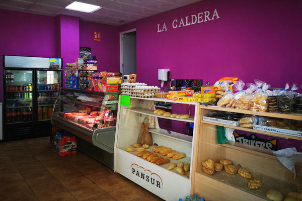 Mini supermercado, con todo tipo de panes, charcutería, productos de droguería, congelados, conservas, golosinas, etc. Tenemos caracoles, cabrillas, variedad de frutas y verdura y también parte de papelería.