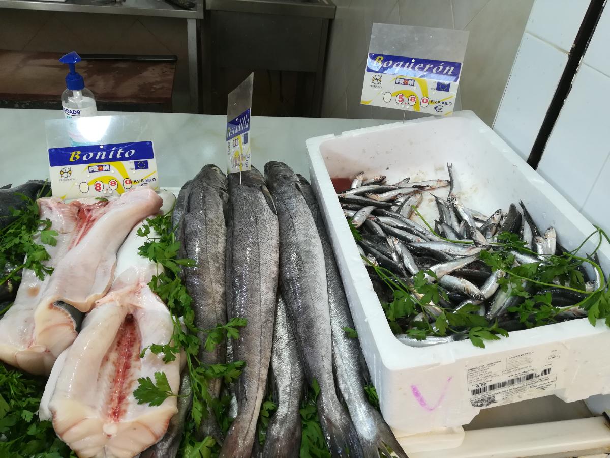Variedad en pescado fresco y algunos congelados. Limpian el pescado si el cliente lo desea sin coste adicional.