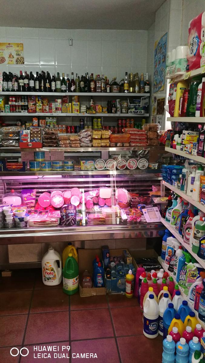 Tienda de ultramarinos, congelados, pan, chacina y otros productos de alimentación y droguería.