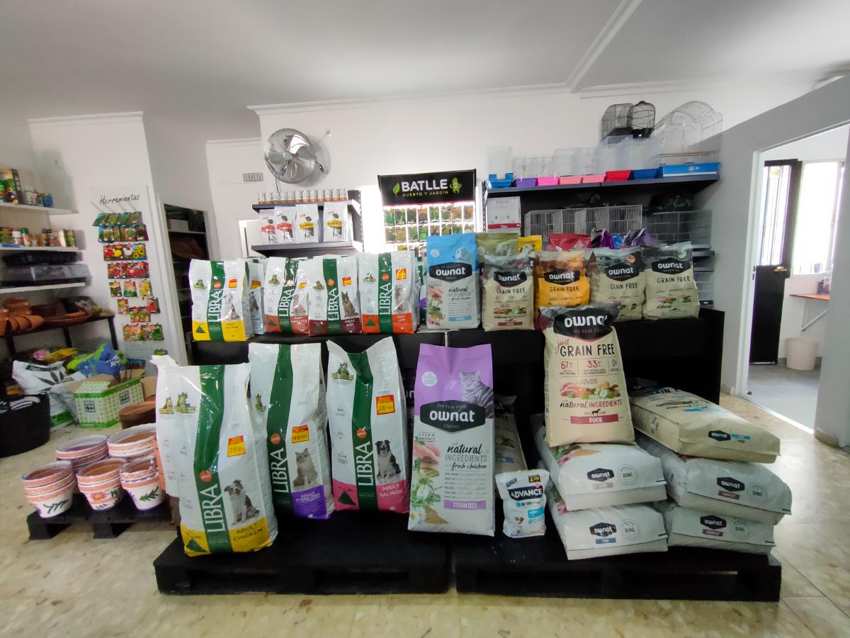 Alimentación y artículos de higiene para todo tipo de mascotas. Servicio de peluquería de mascotas. También plantas, semillas y artículos de jardinería.