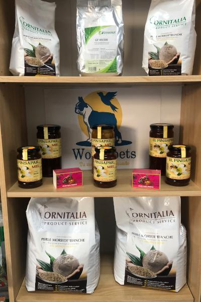 En este establecimiento se encuentran semillas, comida y productos para animales, frutos secos, chucherías, especias y miel. Especializados en ornitología.